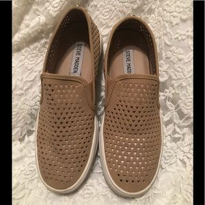 EUC Size 5.5 tan/brown Steve Madden slip on